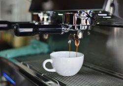 Lav hurtigt og nemt kaffe til dine gæster på en industri kaffemaskine